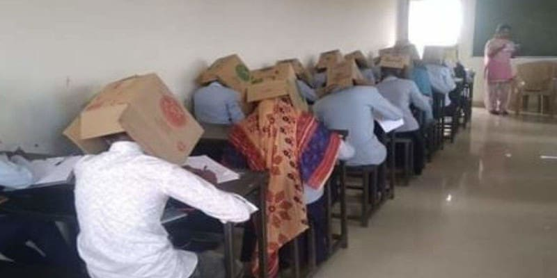 Ινδία: Ιδιωτικό κολέγιο φόρεσε κούτες στους μαθητές