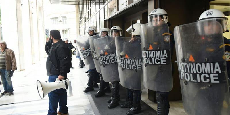 ΠΑΜΕ: Κινητοποίηση στα κεντρικά της «Alpha» με ισχυρή παρουσία ΜΑΤ
