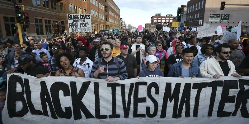 Τα «Starbucks» απαγορεύουν στους υπαλλήλους να φέρουν μηνύματα στήριξης στο «Black Lives Matter»