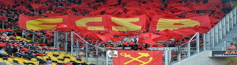 Σφυροδρέπανο με κόκκινες σημαίες από οπαδούς της Sankt Pauli