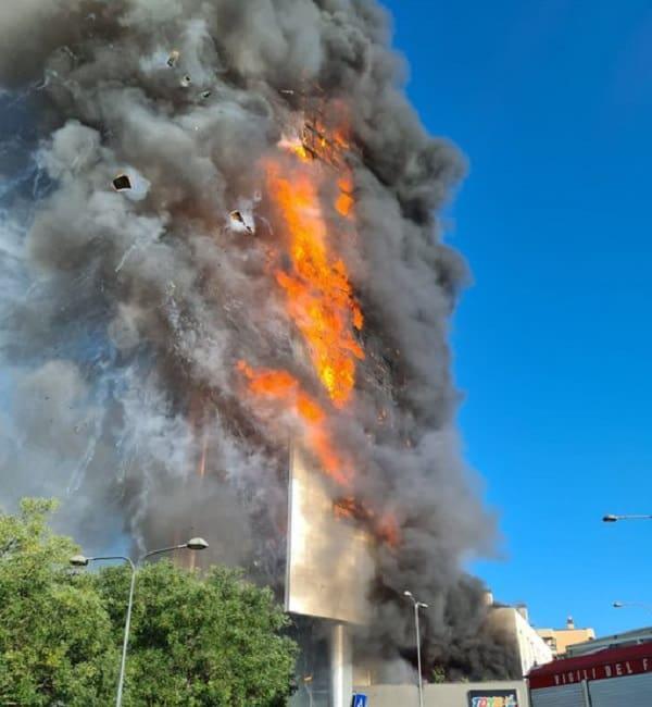 Τυλίχτηκε στις φλόγες ουρανοξύστης στο Μιλάνο