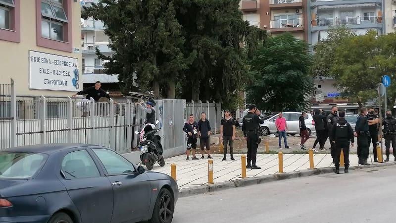 Φασίστες μπουκάρουν στο ΕΠΑΛ Σταυρούπολης, ενώ η αστυνομία φυλάει τσίλιες