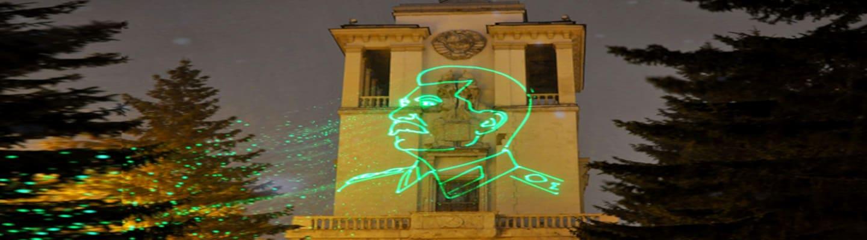 Χριστούγεννα με το μπαμπά σας! Πορτραίτο του Στάλιν σε ολόγραμμα εμφανίστηκε σε κτήριο στη Ρωσία