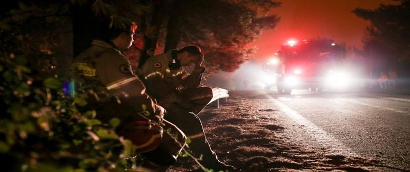 Μέλη του ΚΚΕ βοηθούν στην πυρόσβεση