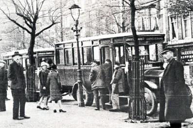 Het busstation aan de Groote Markt, 1923. Een Albion van de NV Jacatra Rotterdamse Omnibusdienst wacht op passagiers naar Vreewijk.