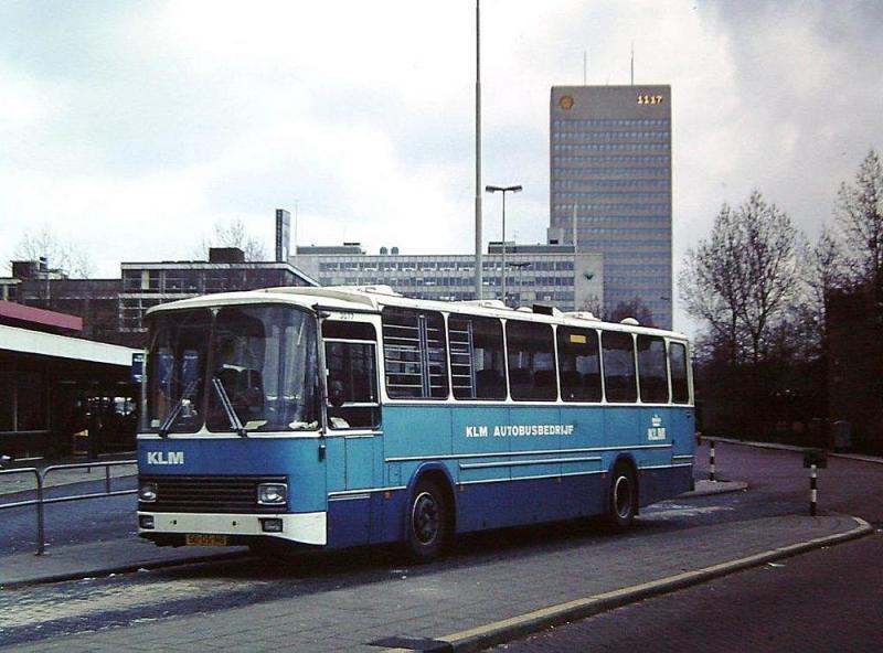 KLM bus 3077 Delftseplein; de 3077 Neoplan-Den Oudsten uit 1976 te zien. Deze bus is afgevoerd in 1983. Deze foto dateert van 2 april 1980 (foto collectie ADvZ)
