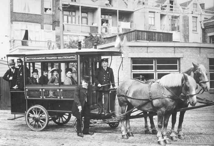 Het paardenomnibusje weer van stal gehaald, remise Delfshaven