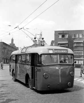 Trolleybus 911 in de Mathenesserlaan-Rochussenstraat tijdens een proefrit, 1944