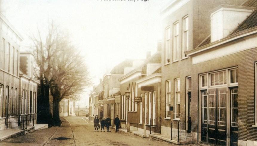 De Rotterdamse Rijweg gezien vanuit de Dorpsstraat met links de rails van de stoomtram in het jaar dat deze werd vervangen door een paardentram; 1895.