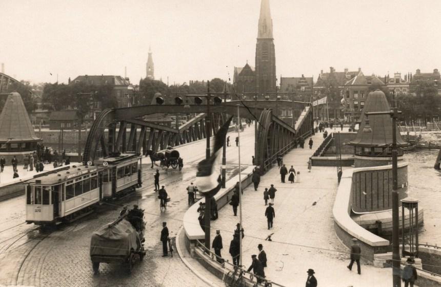Aanhangrijtuig 372, lijn 9, op de net schoongemaakte Koninginnebrug, ca. 1930