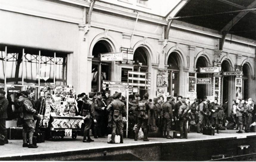 Gemobiliseerde militairen op station Delftse Poort, 8-1939