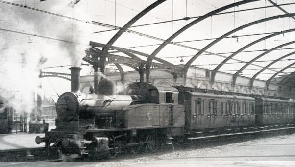 Station Delftse Poort, de eerste reizigerstrein na de bevrijding vertrekt richting Barendrecht, 2-7-1945 (foto: J.J. Overwater)