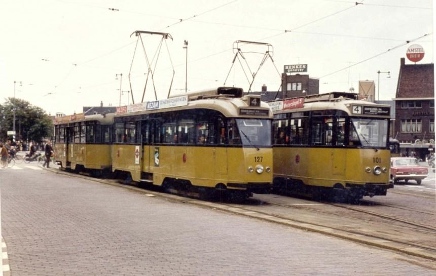 Motorrijtuig 127 en motorrijtuig 101, lijn 4, met de verschillende routes vanaf de Koemarkt in Schiedam.