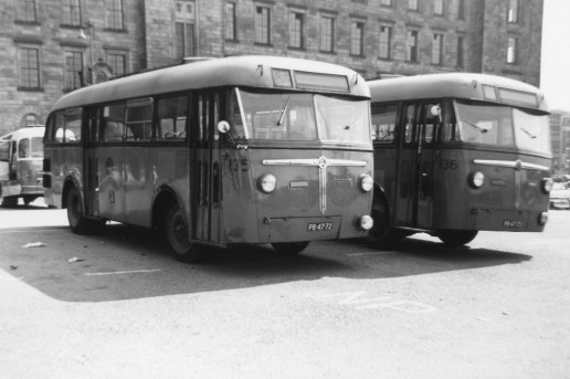 Twee bussen uit de Kromhout-Verheul serie staan op het Haagseveer in reserve voor de jaarlijks Wederopbouwritten, 8-1947