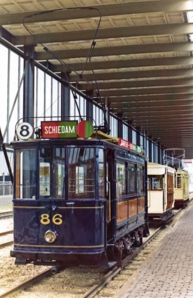 Museummotorrijtuig 86 in het Spoorwegmuseum, 1975. Hier nog de keuze voor de tweekleuren koersborden.