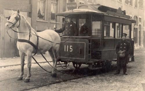 Paardentram 115 in de Hoevestraat met het rode koersbord, 1904