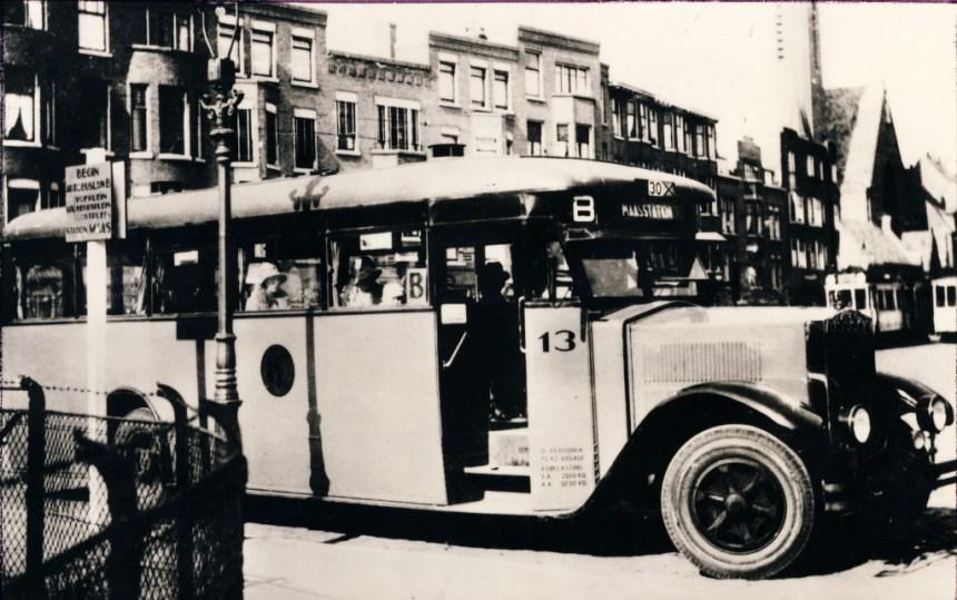 Op het Burgemeester Meineszplein een wat groter bord voor de bus