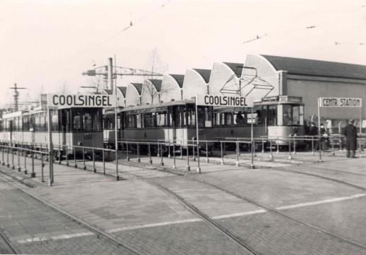 Aanhangrijtuigen 1396 en 1401 staan met motorrijtuig 185 en vele anderen opgesteld op het tramemplacement , stadion Feijenoord, 20-3-1957