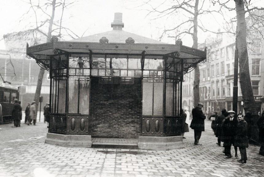 De wachtruimte in het RET Tramhuis, de Centrale Post, op het Beursplein, 1938