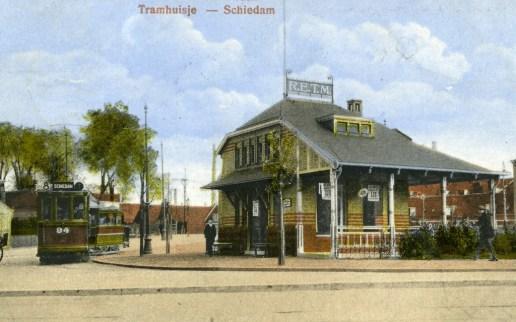 Het nieuwe tramhuisje binnen de lus. Feitelijk draagt deze plek de naam Broersvest en niet Koemarkt, die meer naar het zuidwesten lag.