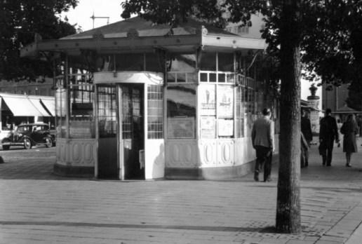Na de verplaatsing vanaf het Beursplein was het tramhuisje te vinden op de Coolsingel, 1947
