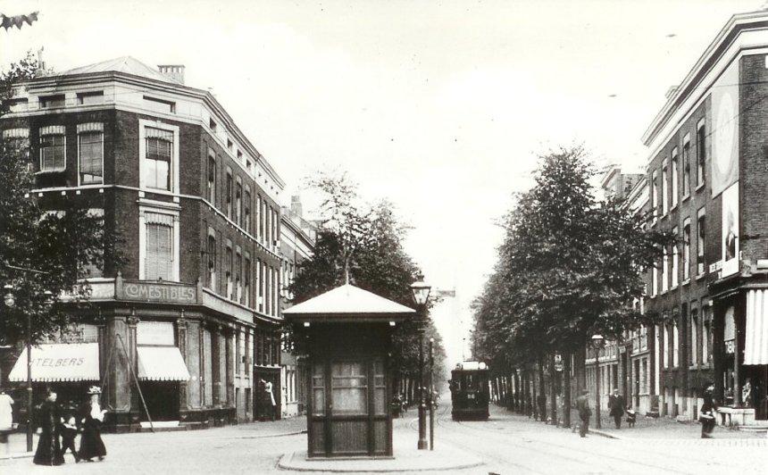 Het wachthuis op de Goudschesingel, hoek Hugo de Grootstraat, motorrijtuig 56, lijn 5, 1914