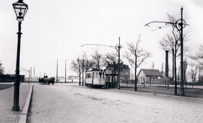 Motorrijtuig 57, lijn 9, aan het eindunt Grientweg, 1925