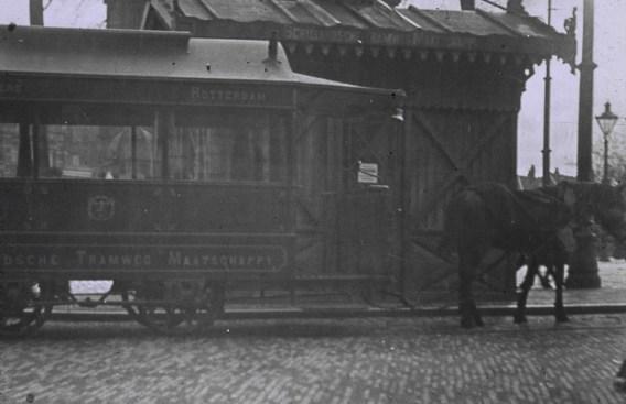 Een paardentram van de Schielandse Tramweg Maatschappij bij het wachthuisje aan het Hofplein, ca. 1900