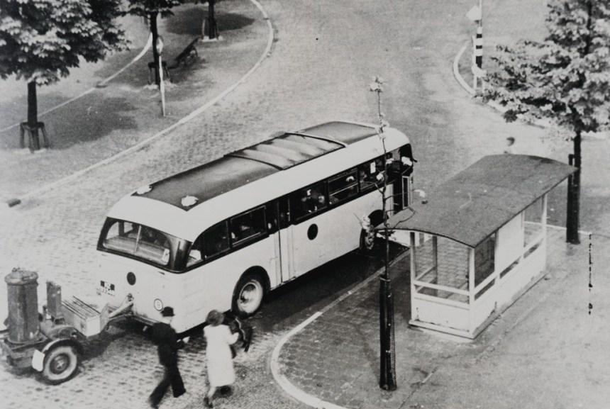 Wachthuisje-Bushokje Rubensplein, Schiedam, 1-8-1941, RET bus 87, kenteken HZ-93548 van lijn k met een houtgasgenerator.