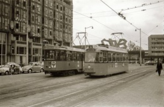 Motorrijtuig 516, aanhangrijtuig 1001, lijn 2, Motorrijtuig 14, lijn 9,  twee voor Rotterdam kenmerkende generaties op het Stationsplein, 03-07-1961 (foto: Jos Niehorster)
