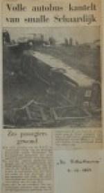 19601109-Volle-autobus-kantelt-van-Schaardijk-Rotterdammer