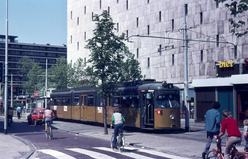 Motorrijtuig 319, lijn 8, Van Oldenbarneveltstraat, 17-5-1976 (dia: R. van der Meer)