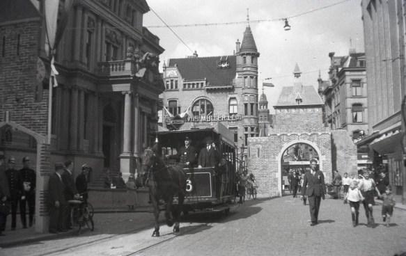 Paardentram 296, op de Schiedamschedijk (later Korte Hoogstraat), is in de VVV-feestweek net de namaak oude stadspoort onderdoor gegaan. (9-1934)