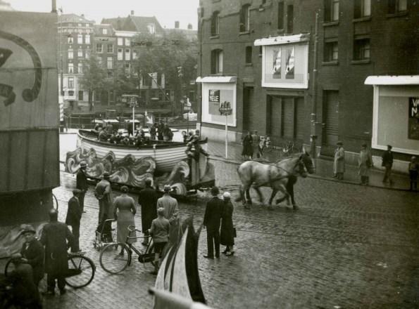 De sloepentram tijdens de VVV-week in augustus 1935 op de Vischmarkt