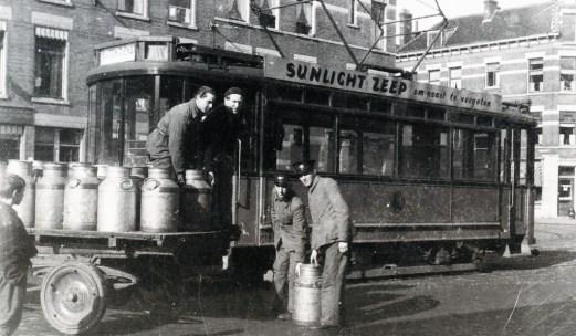 Motorrijtuig 187 haalt als gamellentram bij het abattoir in de Boezemstraat voedsel op, juni 1942 (ook de 179, 186 en 188 zijn voor dit doel ingezet).