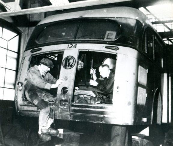 Kromhout autobus 124 wordt in de CW Isaäc Hubertstraat omgebouwd tot trolleybus, 5-2-1944 (repro: H. Kaper)