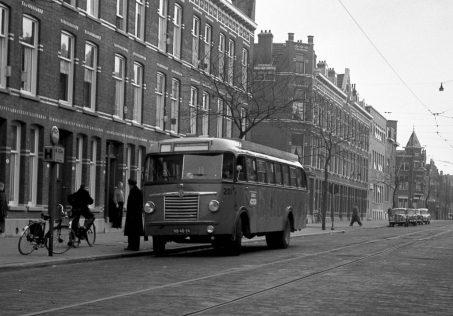 Bus 201, Saurer-Verheul,Gerrit Jan Mulderstraat ter vervanging van lijn 22 ivm stremming in de Statentunnel, 18-4-1958, tramhalte, (foto: J. Niehorster)