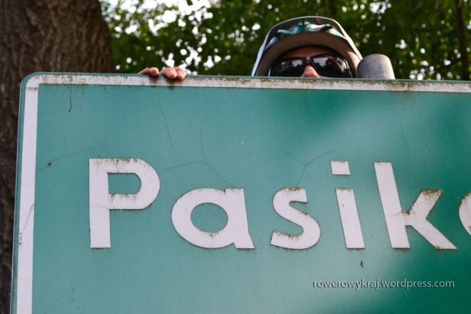 Ach! I wszystko jasne! Trzeba było wdrapać się ku górze, by uwiecznić obecność Pasika w Pasikoniach :D
