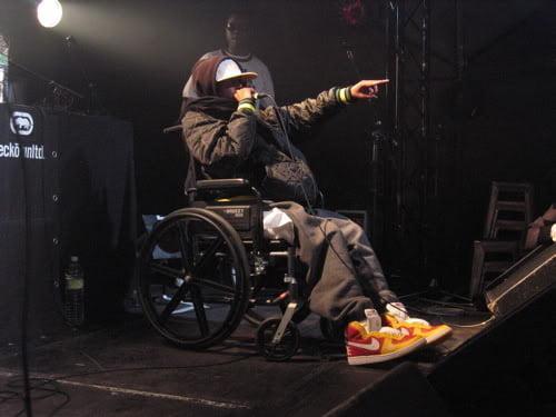 J Dilla 生涯晚期坐在輪椅上進行表演