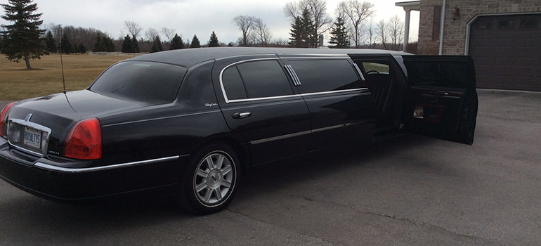 2011 all black towncar wide fifth door