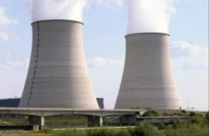 Au milieu se dresse une centrale nucléaire