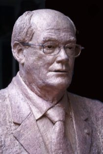 borstbeeld in brons met bril