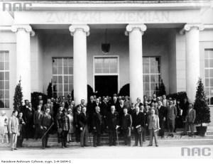 Prezydent Ignacy Mościcki odwiedza siedzibę przedwojennego Związku Ziemian (1929 r.). To na jego fundamencie powstała organizacja konspiracyjna skupiająca przedstawicieli tej klasy społecznej (fot. ze zbiorów Narodowego Archiwum Cyfrowego, Koncern Ilustrowany Kurier Codzienny - Archiwum Ilustracji, sygn. 1-A-1604-1