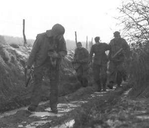Amerykańscy żółnierze prowadzą schwytanego SS-mana. Miał szczęście, że nie został zastrzelony na miejscu