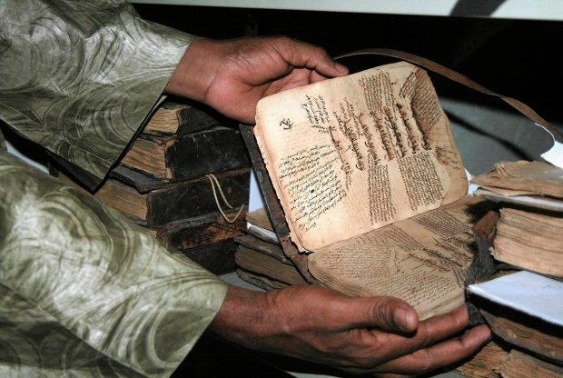 Dyrektor Abdoulaye Cisse prezentuje jeden z ocalonych manuskryptów z Timbuktu