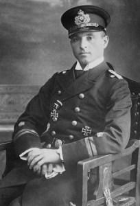 Sukces kpt. Otto Weddigena sprawił, że stał się on bohaterem narodowym Niemiec. Na zdjęciu widoczny Krzyż Żelazny I klasy, który otrzymał za akcję z 22 września