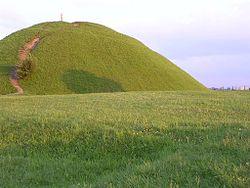 Kopiec Kraka w Krakowie. W czasach przedchrześcijańskich na jego szczycie znajdował się liczący nawet 300 lat dąb, a miejsce pełniło prawdopodobnie rolę sakralną