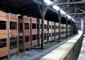 W takich spartańskich warunkach mieszkali więźniowie. Nic zatem dziwnego, że dobra organizacja była podstawą przeżycia w Auschwitz-Birkenau