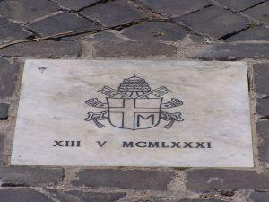 Tablica upamiętniająca miejsce zamachu na Placu św. Piotra.
