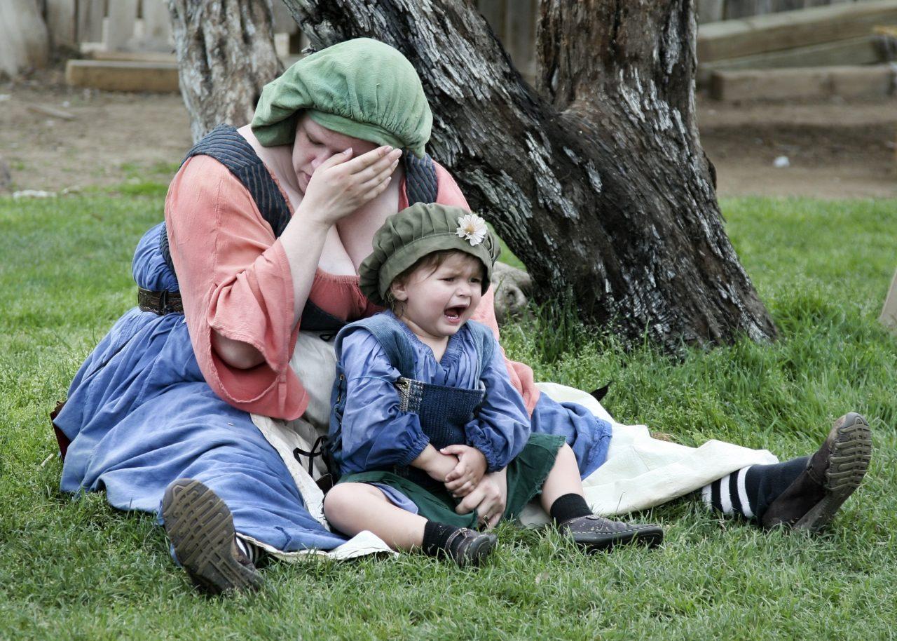 Płacząca kobieta z dzieckiem